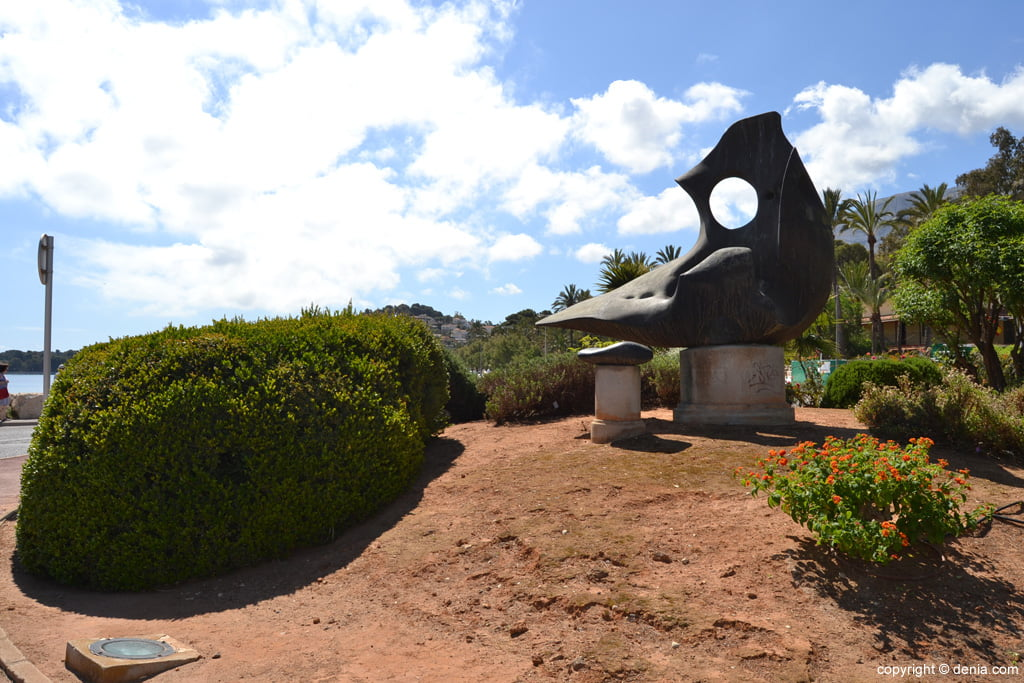 Rotonda con escultura homenaje al Montgó