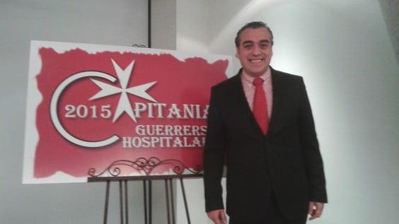 Salvador Gil con el logo de la capitanía
