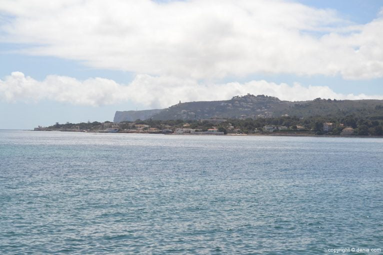 Vistas de Les Rotes desde el puerto deportivo Marina de Dénia