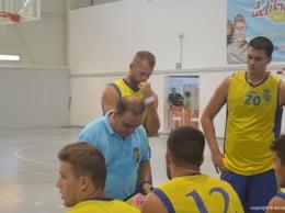 Xavi Mesegué dando órdenes a sus jugadores