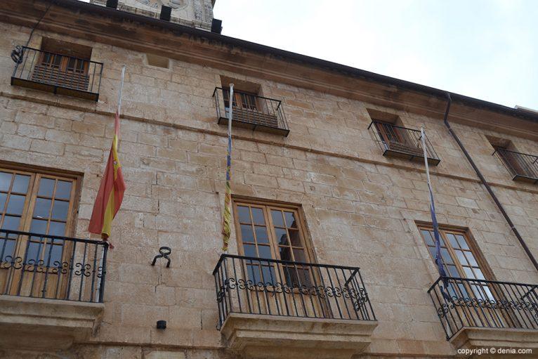 Banderas a media asta en el Ayuntamiento de Dénia