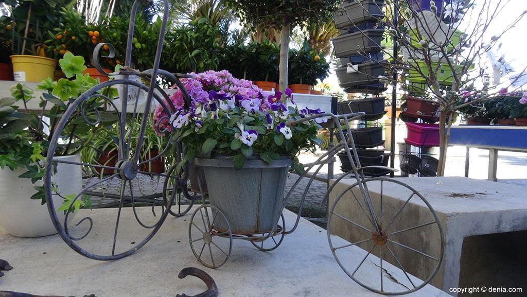 vélo avec des fleurs