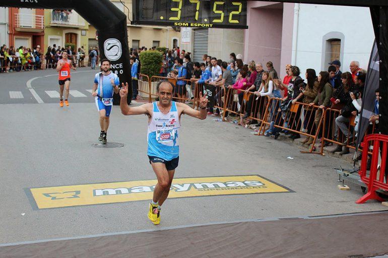 Vicente Llopis Cheli crossing the finish line