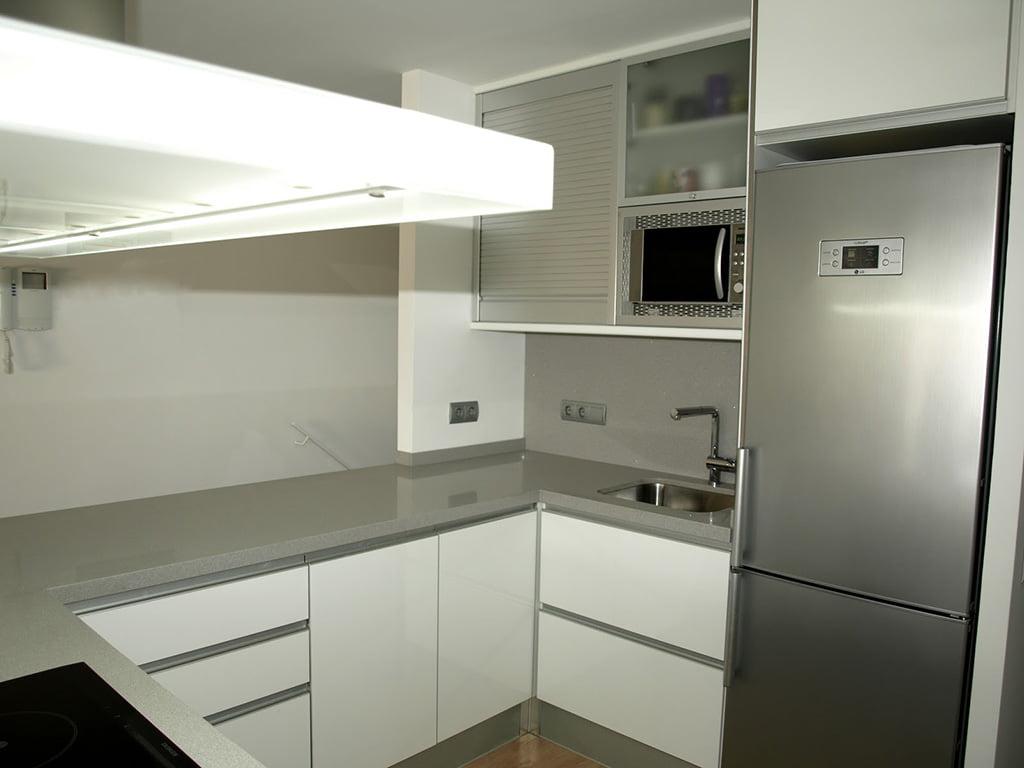 Cocina blanco brillo d for Cocinas blancas con electrodomesticos blancos