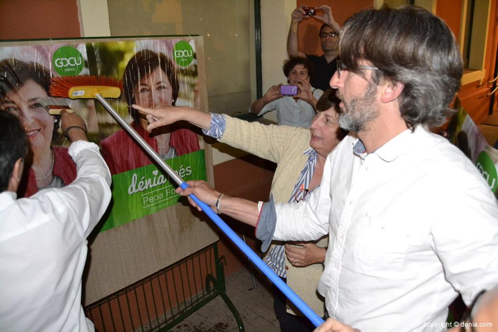 Enganxada de cartells eleccions municipals Dénia 2015 - GDCU