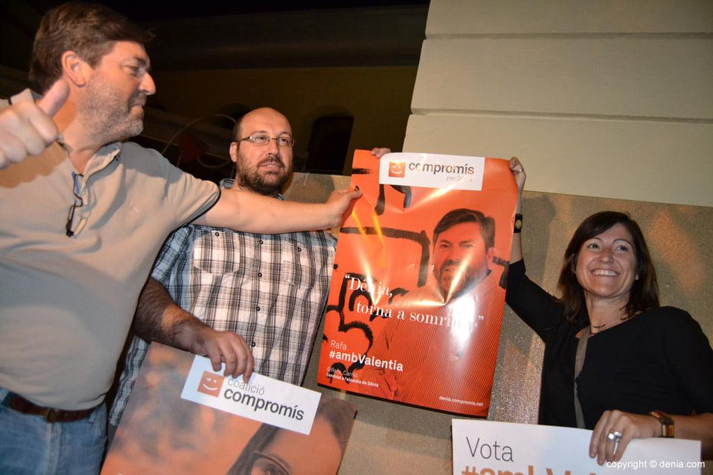 Enganxada de cartells eleccions municipals Dénia 2015 - Compromís