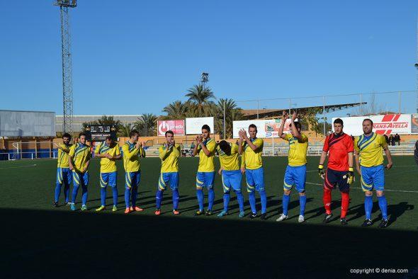 Jugadores del Dénia saludando a su afición