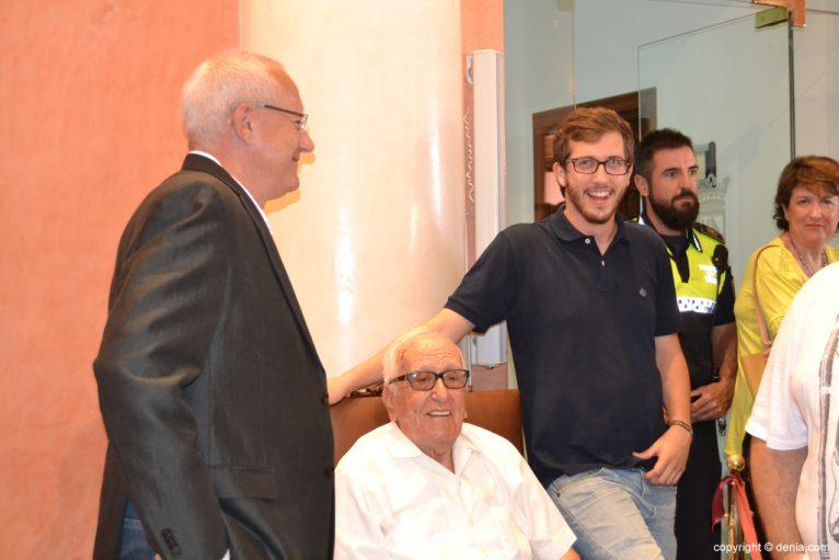 Investidura de Vicent Grimalt como nuevo alcalde de Dénia - Grimalt con su padre y su hijo