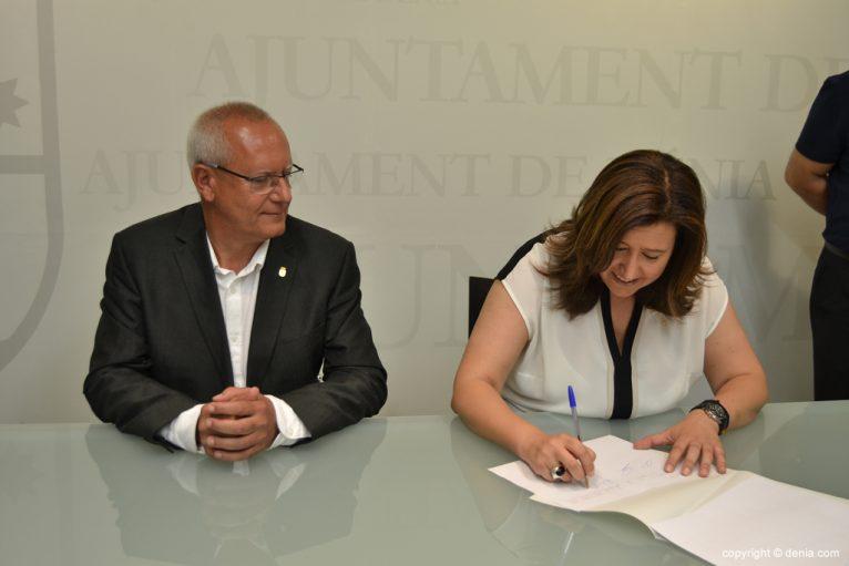 Ana Kringe firma el acta del estado de las arcas municipales