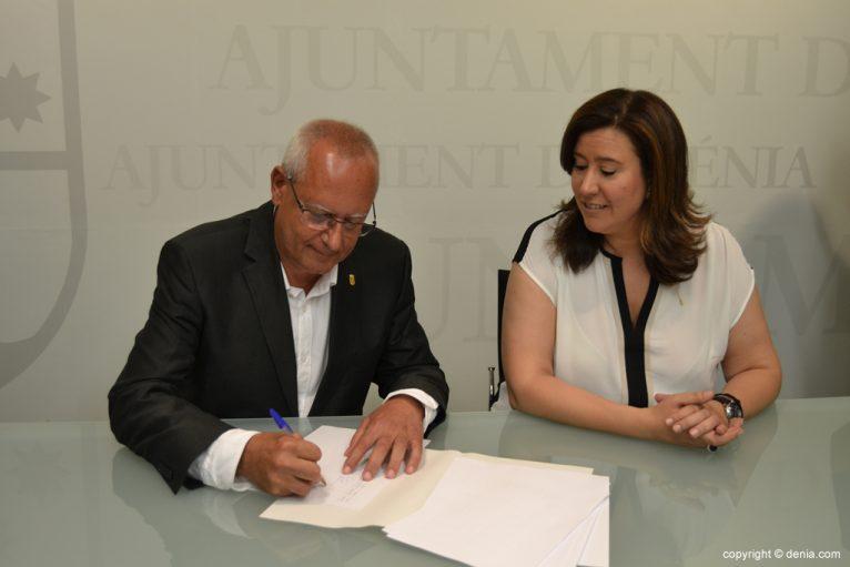 Vicent Grimalt firma el acta del estado de las arcas municipales