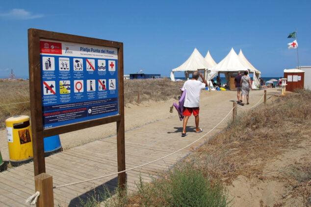 Imagen: Acceso a la playa de la punta del Raset
