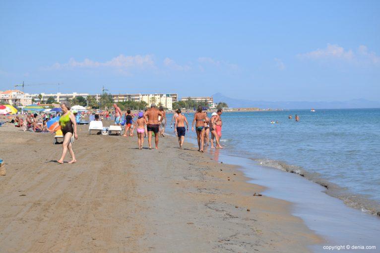 Bañistas en la playa de la Punta del Raset