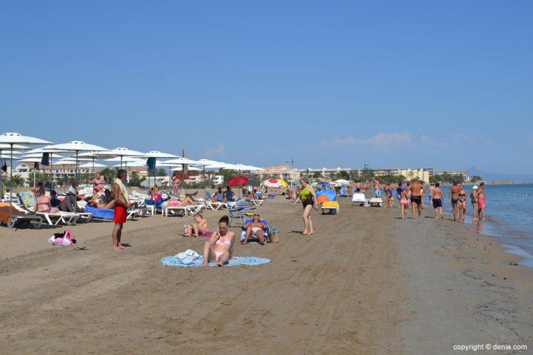 Bañistas en la playa del Cagarritar