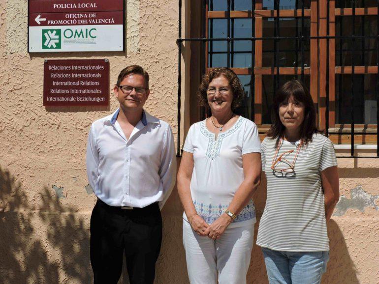 El concejal y las técnicos de la OMIC de Dénia