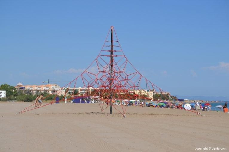 Instalaciones infantiles en la playa de la Punta del Raset