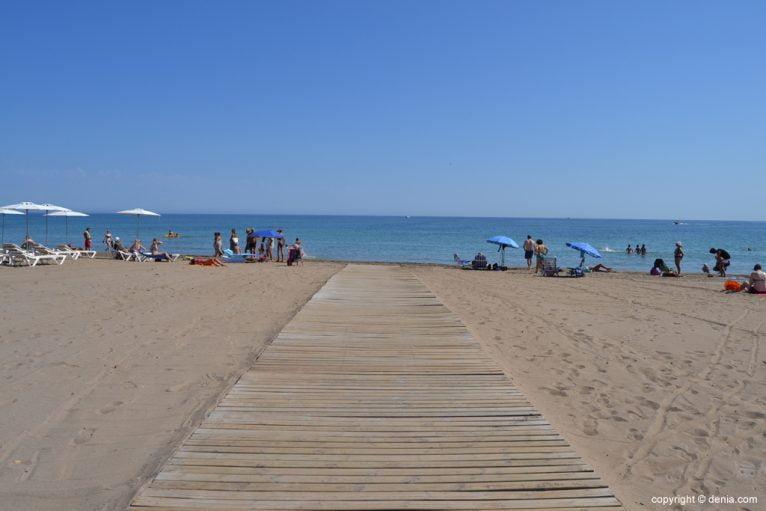 Pasarela de acceso en la playa del Cagarritar de Dénia