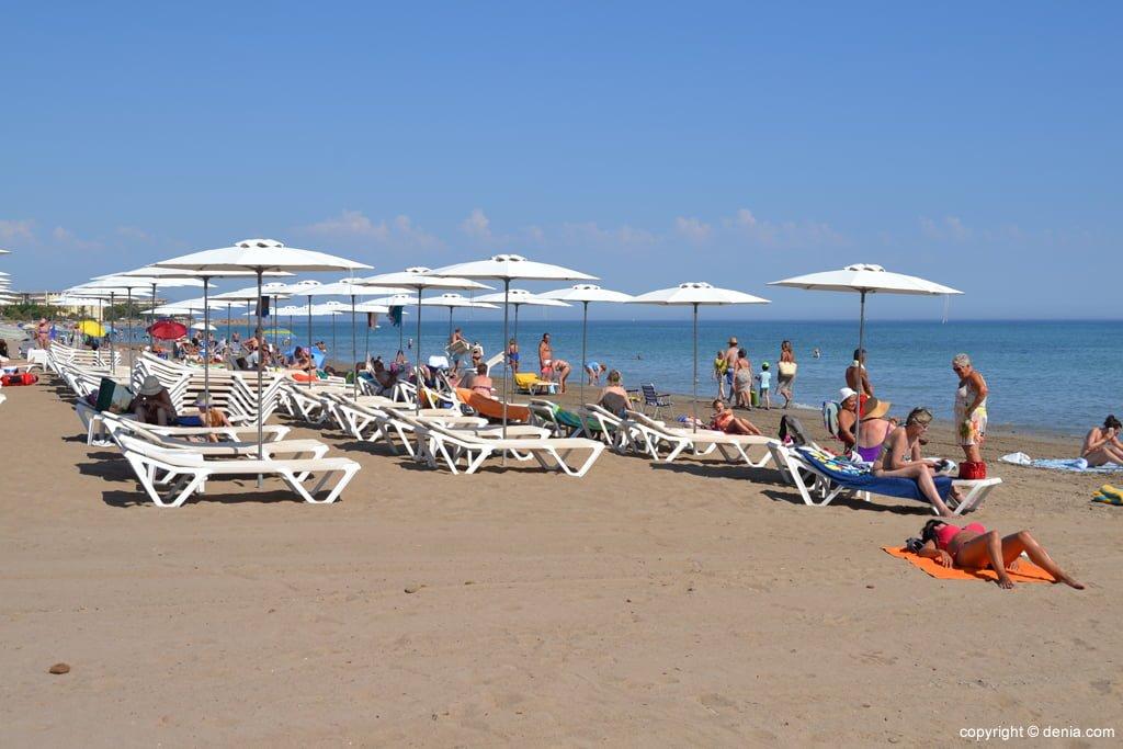 Sdraio e ombrelloni sulla spiaggia di Denia