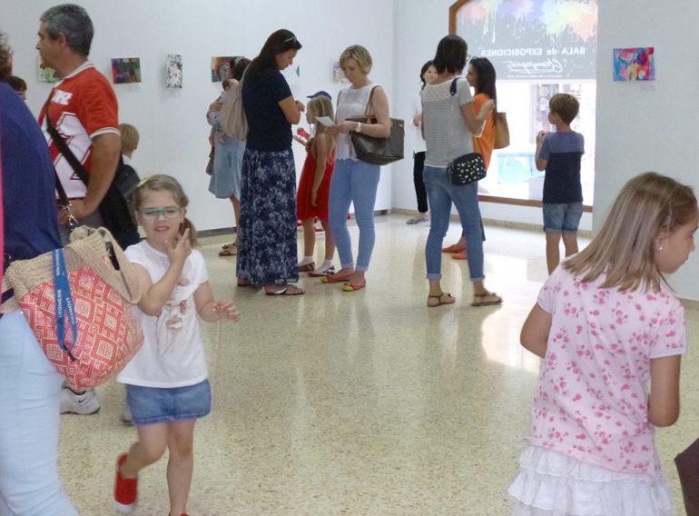 Visitando la exposición del Colegio Maristas