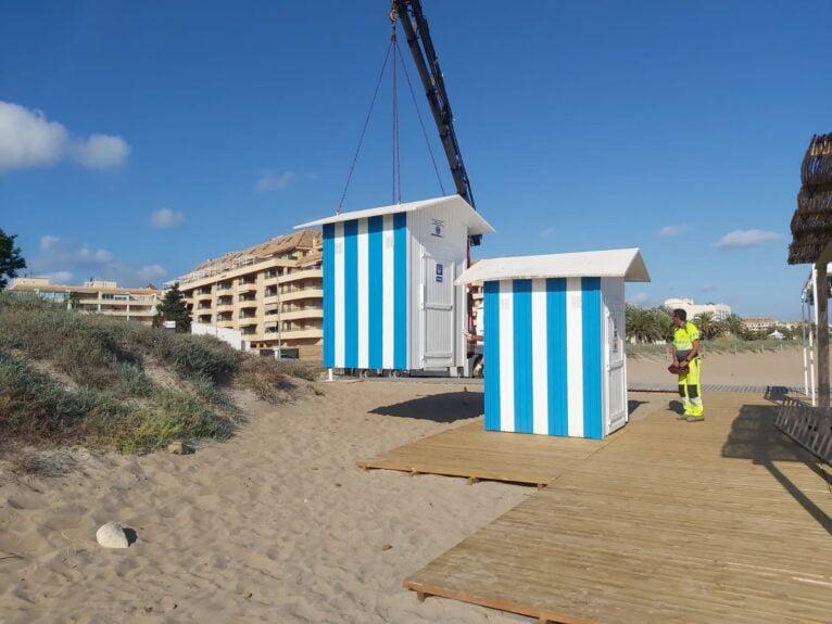 Colocación del vestuario adaptado en la playa Punta del Raset