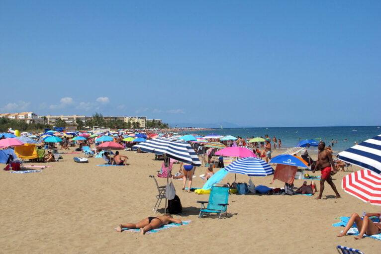 Gente disfrutando de un día de playa en Punta del Raset