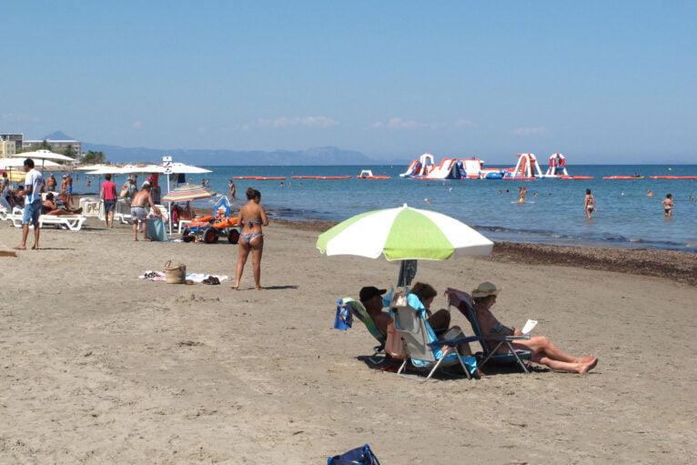 Parque hinchable de colchonetas en la playa Punta del Raset