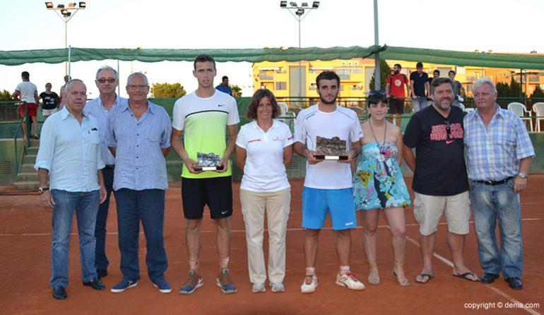 Autoridades con los finalistas