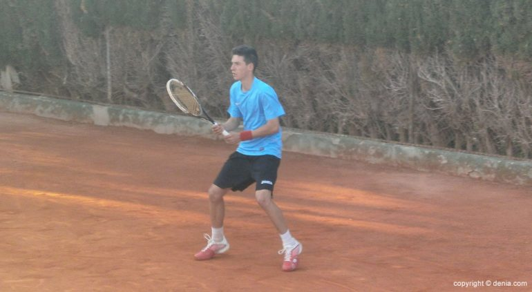 Sergi Pérez en la pista del Club Tenis Dénia