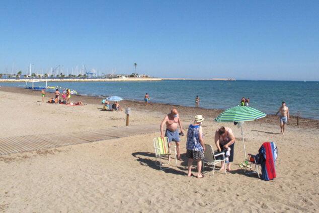 Imagen: Familias en la playa de la Marineta Cassiana
