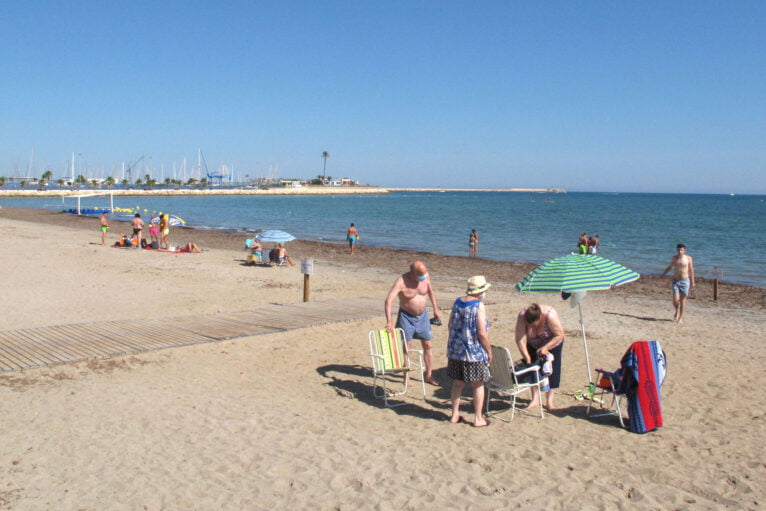 Familias en la playa de la Marineta Cassiana
