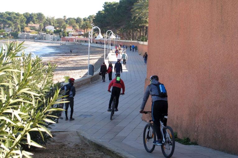 Familias y deportistas salen a la calle para disfrutar las altas temperaturas en el paseo de la Marineta Cassiana