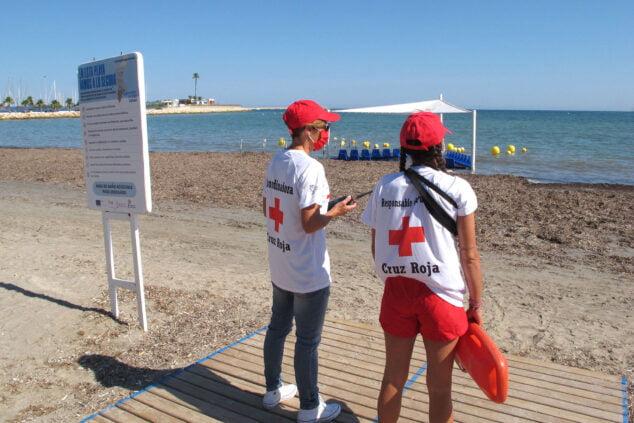 Imagen: Socorristas de Cruz Roja en la Marineta Cassiana