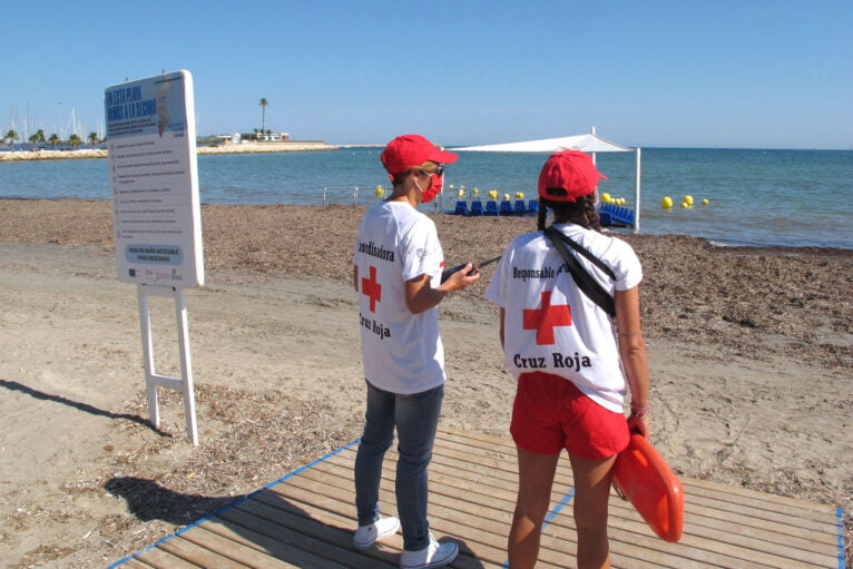 Socorristas de Cruz Roja en la Marineta Cassiana