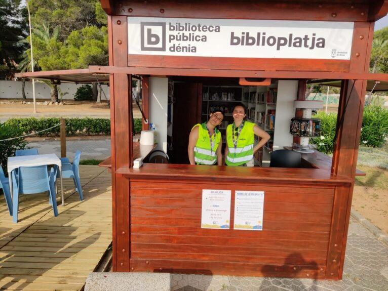 Trabajadoras en la Biblioplatja de la Marineta Cassiana