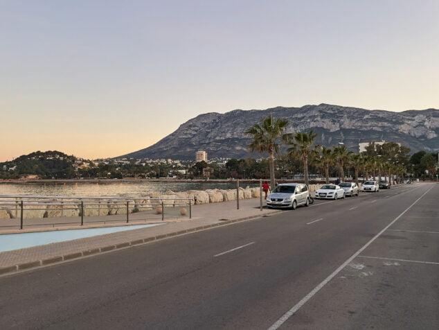 Imagen: Zona de estacionamiento del principio de la escollera sur de Dénia, junto a la Marineta Cassiana