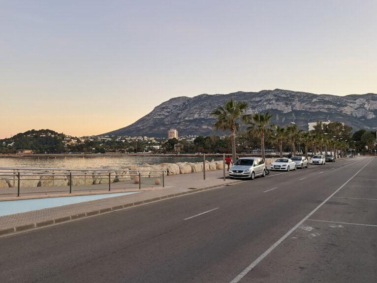 Zona de estacionamiento del principio de la escollera sur de Dénia, junto a la Marineta Cassiana