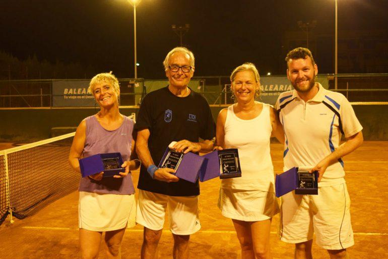 Campeones y finalistas del Torneo nocturno de dobles