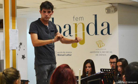 Javier Pinto Bañuls dirige a la banda de Dénia