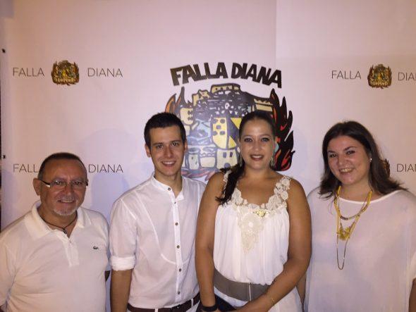 Marina Margalejo y José Antonio Monsonis con los cargos de la Falla Diana