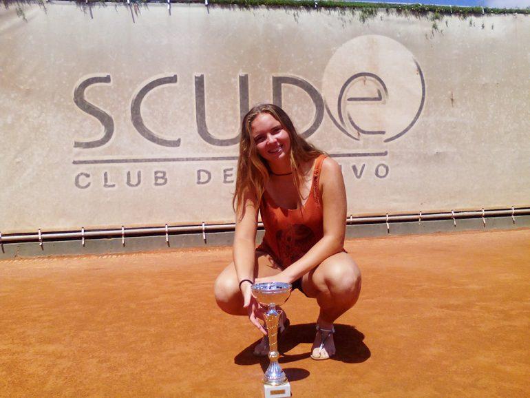 Silvia Bordes con el trofeo ganado en Nules