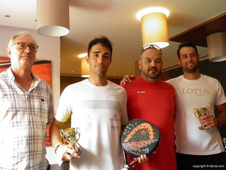 Vicente Devesa con la pareja ganadora del torneo de pádel nocturno