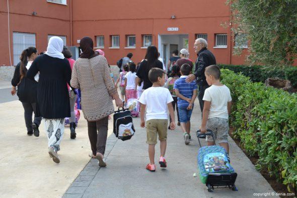 Les élèves enfants le premier jour de l'école à Dénia
