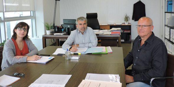 Entrega del pacto municipal antidesahucios al Director General de Vivienda