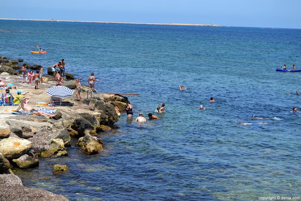 Bañistas en la playa del Trampolí