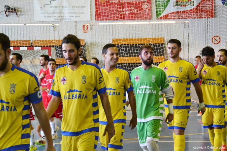 Jugadores del Dénia Futsal saltando a la pista