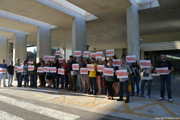 Protesta de Compromís a las puertas del Hospital de Dénia