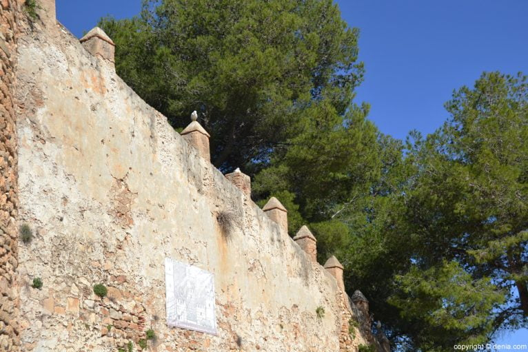 Castillo de Dénia - Lienzo con almenas prismáticas