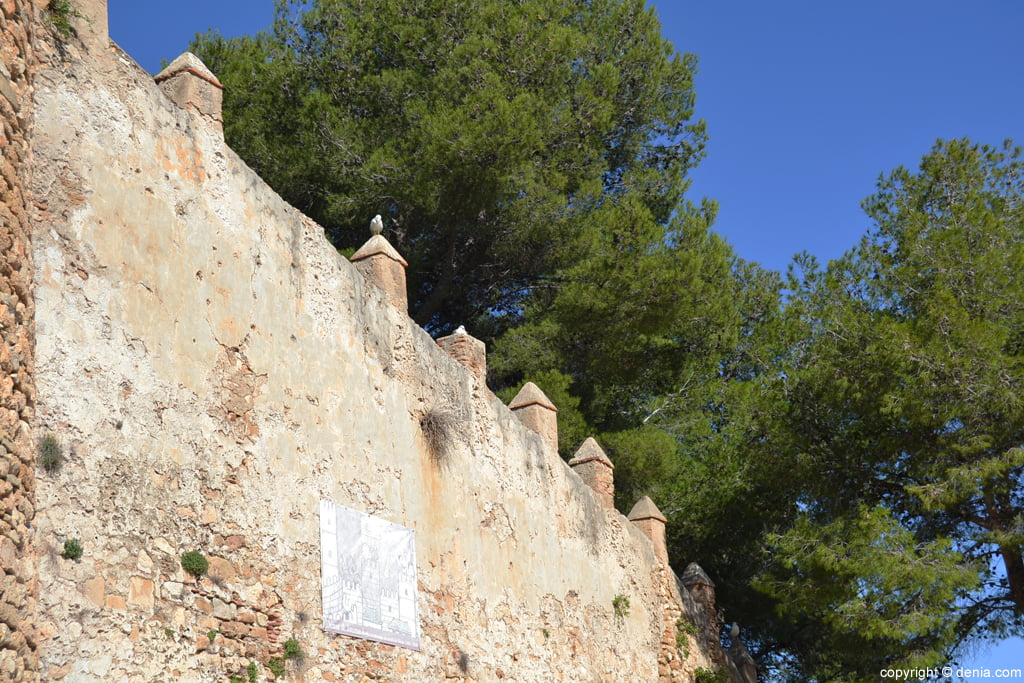 Castell de Dénia - Llenç amb merlets prismàtiques