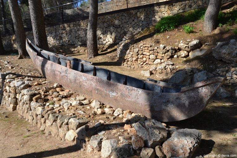 Castillo de Dénia - canoa utilizada en la grabación de una película en Dénia