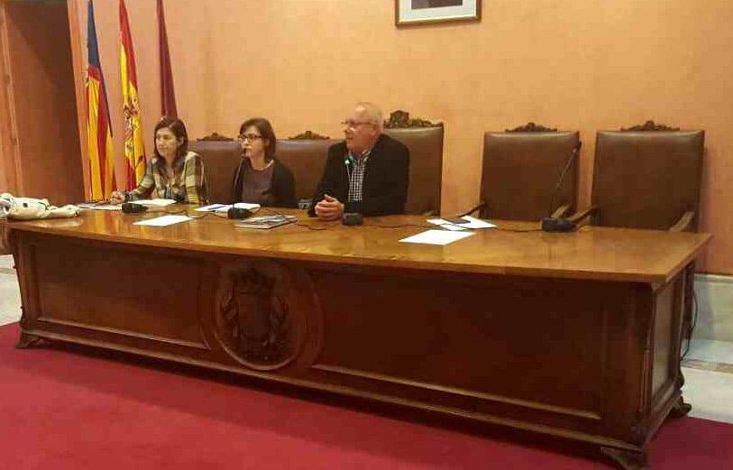 El alcalde y las concejalas en la reunión con los vecinos de Marqués de Campo