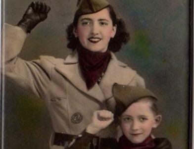 Una emigrante valenciana y su hijo